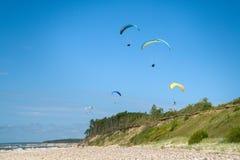 Deltaplaning in het strand stock afbeeldingen