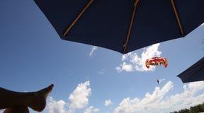 Deltaplaning in mont-Choisy strand, het noorden van het eiland van Mauritius Royalty-vrije Stock Afbeeldingen