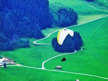 Deltaplaning onder de berg van Alpstein royalty-vrije stock afbeelding