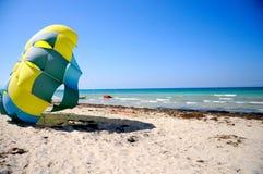 Deltaplaning op het strand Stock Foto's