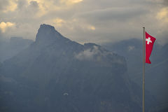 Deltaplaning over de bergen van alpen Berner-Oberland zwitserland Stock Afbeelding