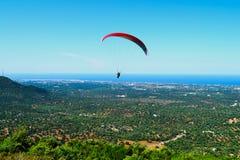 Deltaplaning, valschermen, die in de hemel vliegen Stock Foto