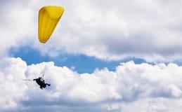 Deltaplaningsvlucht achter elkaar in wolken stock foto
