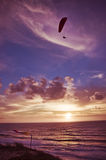 Deltaplaningsvlucht bij zonsondergang stock afbeeldingen
