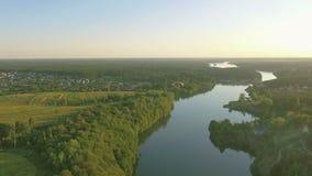 Deltaplano aereo del paraplane nell'aria sopra il canyon della città del fiume archivi video