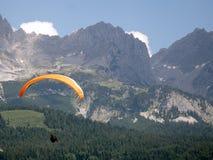 Deltaplano nelle alpi Fotografia Stock