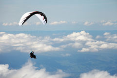 Deltaplano sopra le alpi svizzere Fotografie Stock