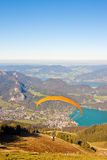 Deltaplano sopra le montagne ed il lago immagini stock libere da diritti