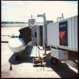 Deltavliegtuig bij poort stock afbeeldingen
