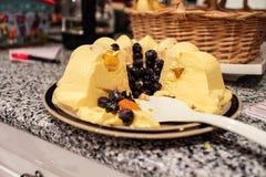 Deluxe Mango, die auf Küche Countertop sich setzt stockbild