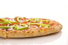 Deluxe Pepperonis und Gemüsepizza Lizenzfreie Stockfotos