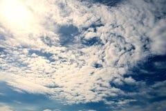 Delvis molnigt i det starka solskenet Arkivfoton