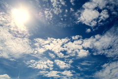 Delvis molnigt i morgonsolen Arkivbild