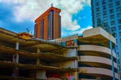 Delvist demolerad byggnad i Kuala Lumpur bukit bintang arkivfoto