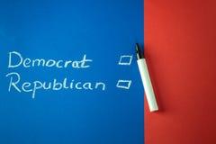 Demócrata y republicano escritos con tiza Imágenes de archivo libres de regalías
