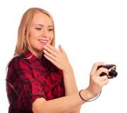 Demütigende Kompaktkamera des attraktiven weiblichen Fotografen - Isolator Lizenzfreies Stockfoto