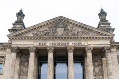 Dem alemán Deutschen Volke de la inscripción, significando a la gente alemana, en el portal del edificio del Parlamento alemán o  imagenes de archivo