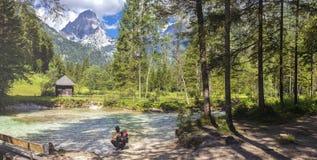 In dem Fluss Krumme Steyr mit einer Ansicht am Berg Spitzmauer lizenzfreies stockfoto