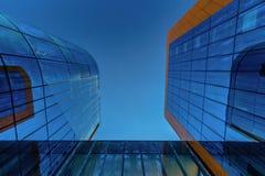 dem modernen Geschäftsgebäude oben betrachten Lizenzfreies Stockbild