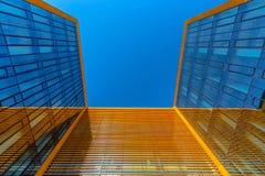 dem modernen Geschäftsgebäude oben betrachten Stockfotos