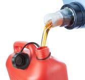 Dem Motoröl wird herein ein Plastikkanister gegossen. Lizenzfreie Stockbilder