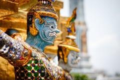 Demônios que guardam Stupa dourado Fotografia de Stock Royalty Free