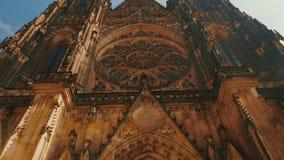 Dem St. Vitus Cathedral auf Sunny Day in Prag sich nähern, Tschechische Republik (Czechia) stock video