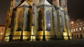 Dem St. Vitus Cathedral nachts in Prag sich nähern, Tschechische Republik (Czechia) stock footage