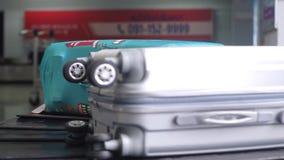 Demanda de equipaje del aeropuerto con el equipaje que hace girar alrededor el transportador 3840x2160 almacen de metraje de vídeo