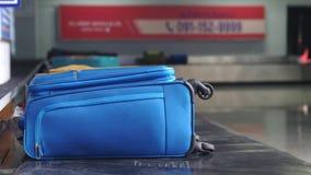 Demanda de equipaje del aeropuerto con el equipaje que hace girar alrededor el transportador 3840x2160 metrajes