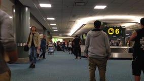 Demanda de equipaje del aeropuerto de YVR con el equipaje que hace girar alrededor el transportador Foto de archivo libre de regalías