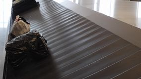 Demanda de equipaje en aeropuerto internacional Maletas que mueven encendido la banda transportadora