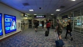Demanda de equipaje en un aeropuerto - McCarran Las Vegas internacional - los E.E.U.U. 2017 almacen de metraje de vídeo