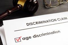 Demanda de la discriminación por razón de edad en la corte fotografía de archivo