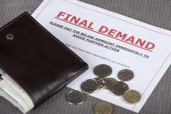 Demanda final en una tabla con efectivo y la cartera Imagen de archivo