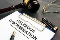 Demanda religiosa y pluma de la discriminación en una tabla imagenes de archivo