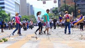 Demandas de los trabajadores para sueldos m?s altos y la dimisi?n de Nicolas Maduro en d?a laborable internacional en Caracas, Ve metrajes