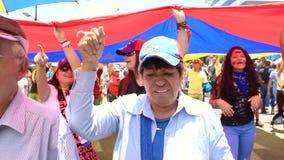 Demandas de los trabajadores para sueldos m?s altos y la dimisi?n de Nicolas Maduro en d?a laborable internacional en Caracas, Ve almacen de metraje de vídeo
