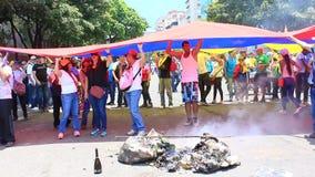 Demandas de los trabajadores para sueldos m?s altos y la dimisi?n de Nicolas Maduro en d?a laborable internacional en Caracas, Ve almacen de video