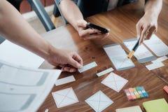 Demande de planification de concepteur de Web de téléphone portable photographie stock libre de droits