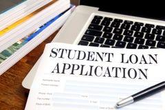 Demande de prêt blanc d'étudiant sur l'appareil de bureau Photos stock