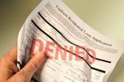 Demande de prêt refusée chiffonnée à disposition image stock