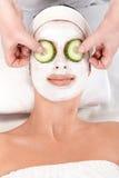 Demande de règlement naturelle de beauté avec le masque facial Images stock