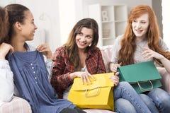 Demande ses amie un conseil de mode image stock