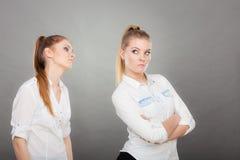 Demander de femme font des excuses à son ami offensé après querelle Photo stock
