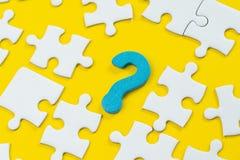 Demander la question et réponse la solution d'affaires, la créativité ou le concept de travail d'équipe, symbole en bois bleu photo libre de droits