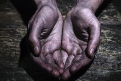 Demander les mains minables sales sur le vieux fond en bois de table photo libre de droits