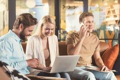 Demandeurs jeunes heureux attendant l'entrevue d'emploi dans le bureau de société Photos stock