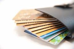Demasiado de la tarjeta de crédito en carpeta Imagen de archivo