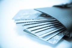 Demasiado de la tarjeta de crédito en carpeta Fotos de archivo